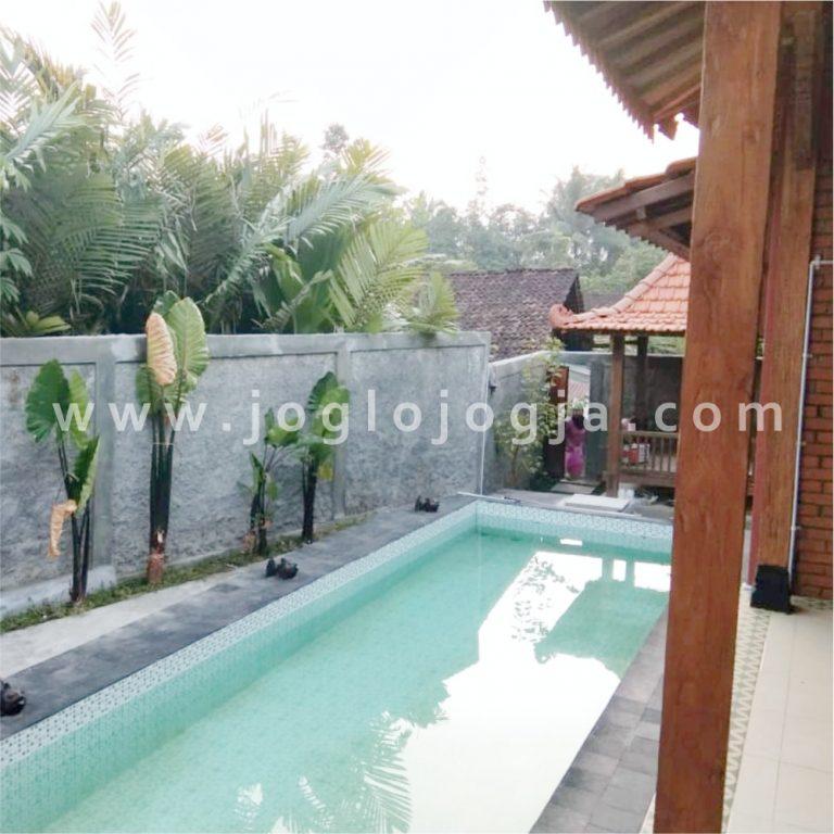 Rumah joglo dengan kolam renang